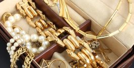 """How to Wear Gold Jewelry """"The Right Way"""""""